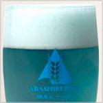 網走ビール・流氷ドラフト:グラスに注いだ青いビール