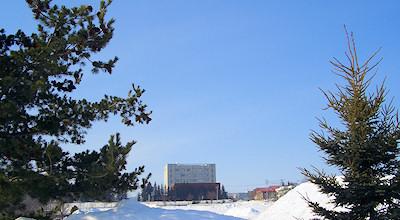03/10:オホブラ百貨店の事務所の駐車場から見た北見工大