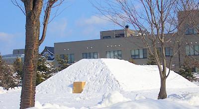 03/11:オホブラ百貨店の事務所の駐車場から見た北見工大