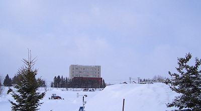 03/12:オホブラ百貨店の事務所の駐車場から見た北見工大