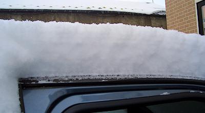 03/12:オホブラ百貨店スタッフの愛車の上の雪