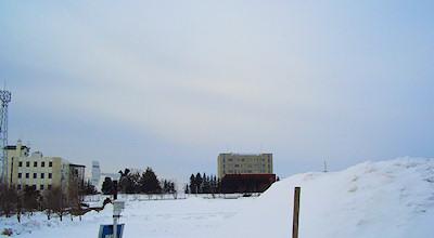 03/13:オホブラ百貨店の事務所の駐車場から見た北見工大