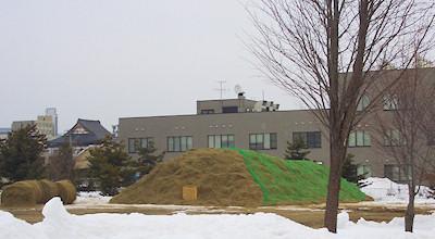 03/16:オホブラ百貨店の事務所の駐車場から見た北見工大