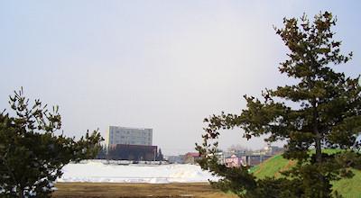 03/18:オホブラ百貨店の事務所の駐車場から見た北見工大