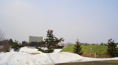 03/19:オホブラ百貨店の事務所の駐車場から見た北見工大
