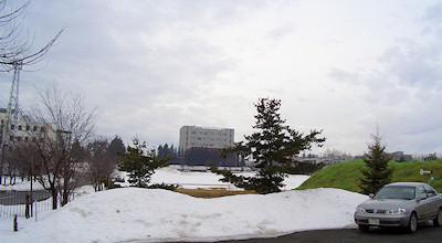03/23:オホブラ百貨店の事務所の駐車場から見た北見工大