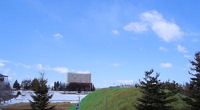 03/24:オホブラ百貨店の事務所の駐車場から見た北見工大