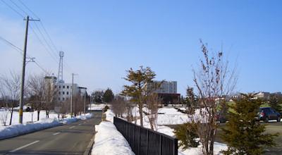 03/25:オホブラ百貨店の事務所の駐車場から見た北見工大