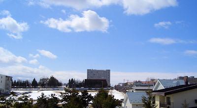 03/30:オホブラ百貨店の事務所の駐車場から見た北見工大