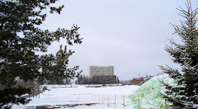 03/31:オホブラ百貨店の事務所の駐車場から見た北見工大
