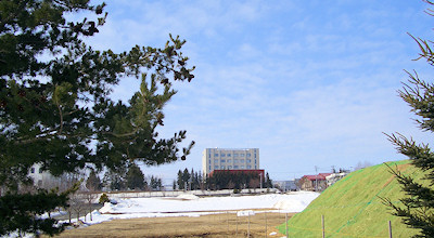 04/01:オホブラ百貨店の事務所の駐車場から見た北見工大