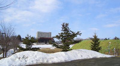 04/02:オホブラ百貨店の事務所の駐車場から見た北見工大