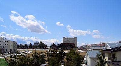 04/06:オホブラ百貨店の事務所の会議室から見た北見工大
