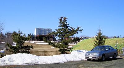 04/07:オホブラ百貨店の事務所の駐車場から見た北見工大