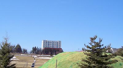 04/08:オホブラ百貨店の事務所の駐車場から見た北見工大