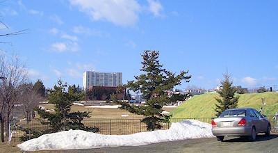 04/09:オホブラ百貨店の事務所の駐車場から見た北見工大