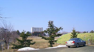 04/13:オホブラ百貨店の事務所の駐車場から見た北見工大