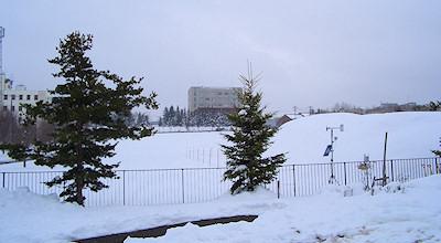 04/28:オホブラ百貨店の事務所の駐車場から見た北見工大方面