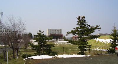 04/30:オホブラ百貨店の事務所の駐車場から見た北見工大方面
