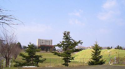 0501:オホブラ百貨店の事務所の駐車場から見た北見工大方面