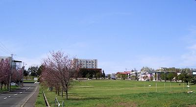 05/08:オホブラ百貨店の事務所の駐車場から見た北見工大方面