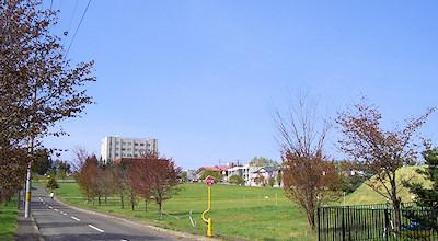 05/11:オホブラ百貨店の事務所の駐車場から見た北見工大方面