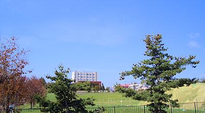 05/15:オホブラ百貨店の事務所の駐車場から見た北見工大方面