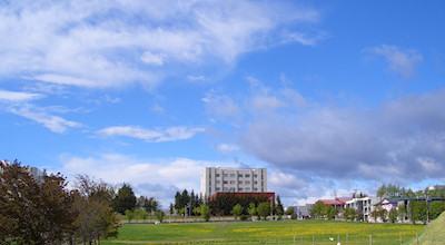 05/18:オホブラ百貨店の事務所の駐車場から見た北見工大方面