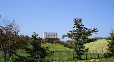 05/19:オホブラ百貨店の事務所の駐車場から見た北見工大方面