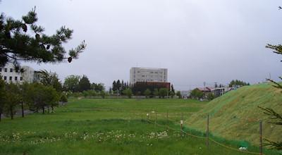 05/25:オホブラ百貨店の事務所の駐車場から見た北見工大方面