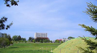 05/27:オホブラ百貨店の事務所の駐車場から見た北見工大方面