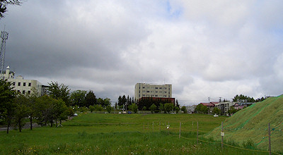 06/02:オホブラ百貨店の事務所の駐車場から見た北見工大方面