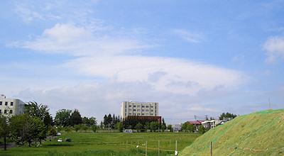 06/04:オホブラ百貨店の事務所の駐車場から見た北見工大方面
