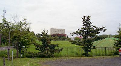 06/08:オホブラ百貨店の事務所の駐車場から見た北見工大方面