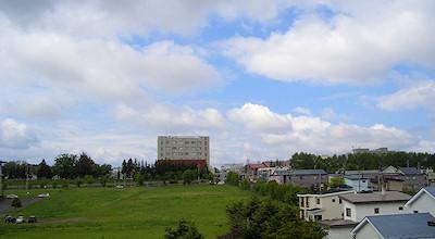 06/09:オホブラ百貨店の事務所の屋上から見た北見工大方面
