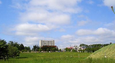 06/18:オホブラ百貨店の事務所の駐車場から見た北見工大方面