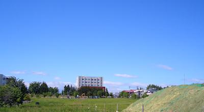 06/24:オホブラ百貨店の事務所の駐車場から見た北見工大方面