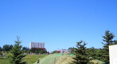 06/25:オホブラ百貨店の事務所の駐車場から見た北見工大方面