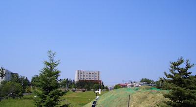 06/26:オホブラ百貨店の事務所の駐車場から見た北見工大方面