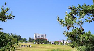 07/07:オホブラ百貨店の事務所の駐車場から見た北見工大方面
