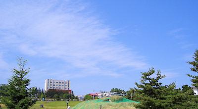 07/09:オホブラ百貨店の事務所の駐車場から見た景色