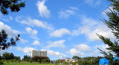 08/24:オホブラ百貨店の事務所駐車場から見た景色