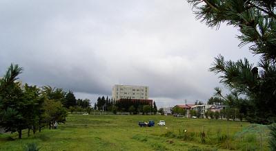 08/25:オホブラ百貨店の事務所駐車場から見た景色