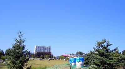 08/26:オホブラ百貨店の事務所駐車場から見た景色
