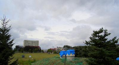 08/27:オホブラ百貨店の事務所駐車場から見た景色