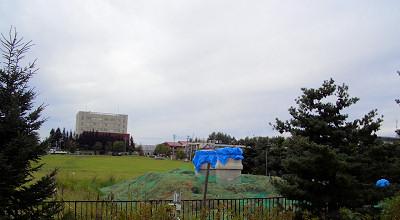 08/31:オホブラ百貨店の事務所駐車場から見た景色