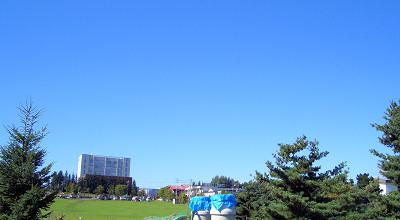 09/09:オホブラ百貨店の事務所駐車場から見た景色