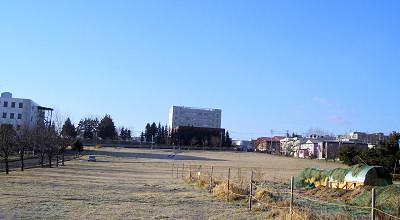 12/02:オホブラ百貨店の事務所駐車場から見た景色