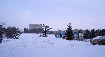 3/17:オホブラ百貨店の事務所駐車場から見た景色