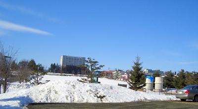 3/19:オホブラ百貨店の事務所駐車場から見た景色